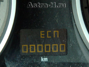 Как снять аккумулятор на тойоте авенсис