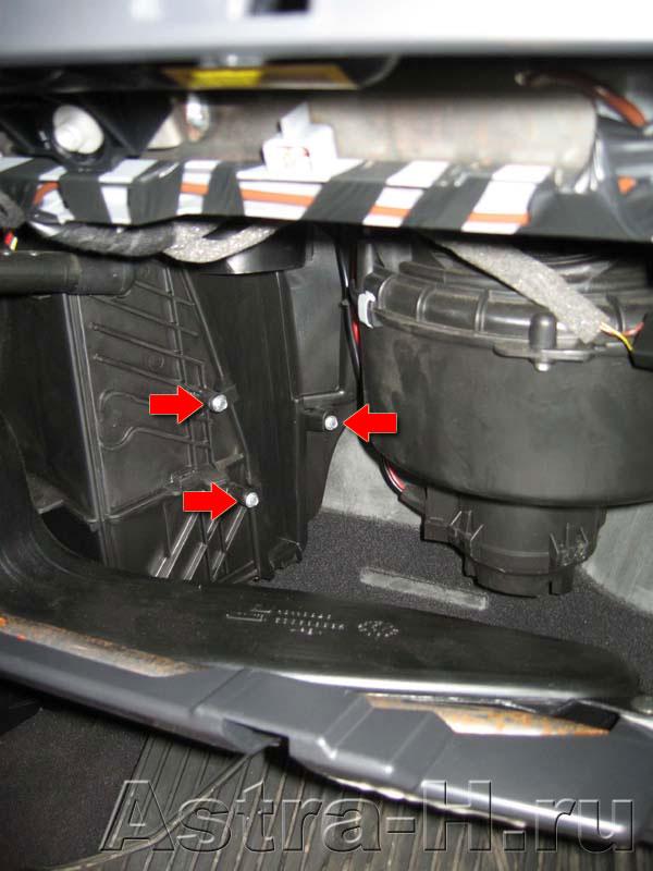 Замена салонного фильтра Opel Astra H.